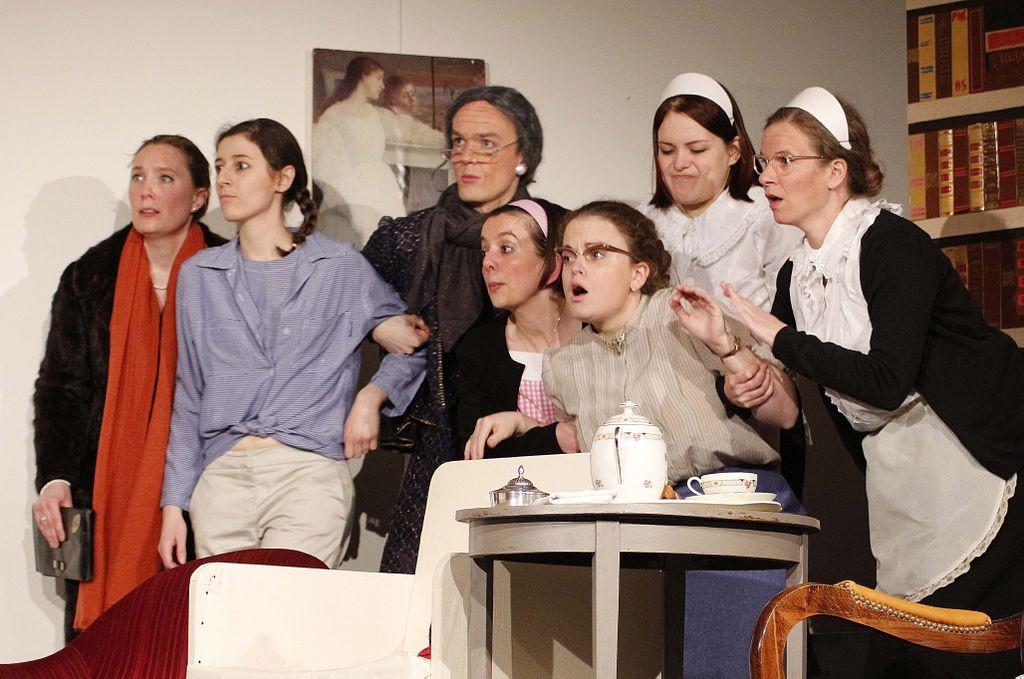 Photo d'une répétition de la pièce 8 Femmes