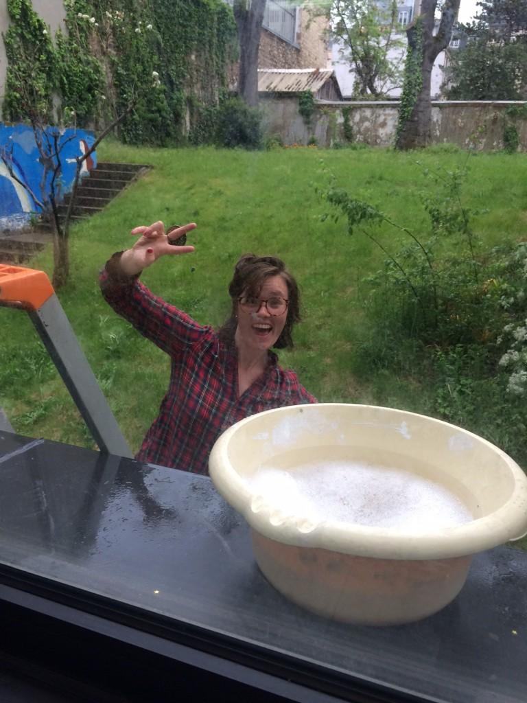 Séance de lavage des carreaux à la Maison Fraternelle