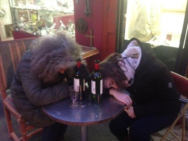 Souvenir des puces de St Ouen où Michelle s'est bien volontiers prêtée au test de beuverie collective sur la table... - SCRIBE-Paris